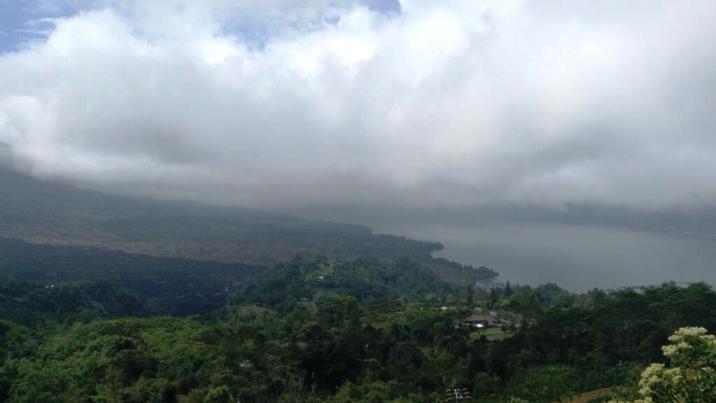 Pemandangan Danau Batur yang berselimutkan kabut di langit Kintamani