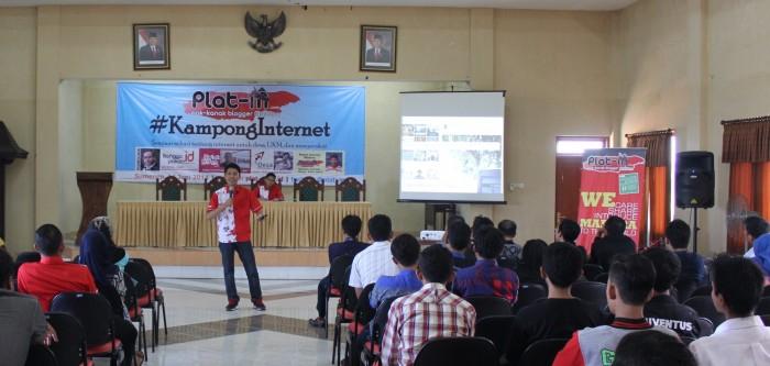 Fotoku saat memberikan materi overview internet Indonesia