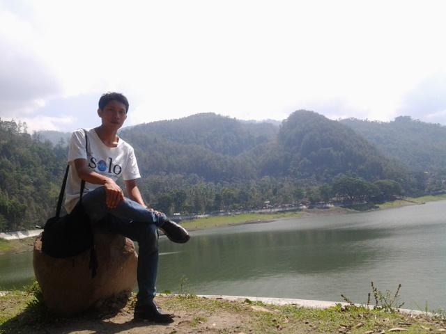 Tas Kecil Selalu Menempel Saat Berada di Telanga Ngebel, Ponorogo