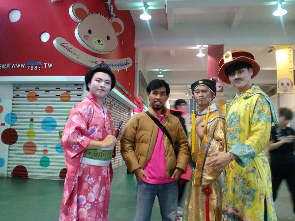 Berfoto dengan pakaian adat Cina