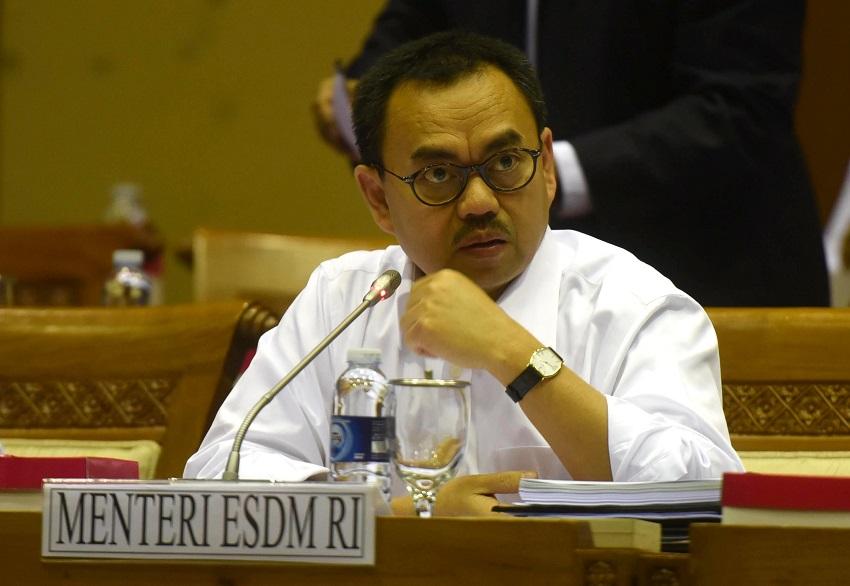Menteri ESDM Sudirman Said mengikuti Rapat kerja dengan Komisi VII DPR di komplek Parlemen, Senayan, Jakarta, Selasa (1/12). Rapat itu membahas pengelolaan anggaran tahun 2015 dan 2016, capaian kinerja satu tahu serta perkembangan proyek-proyek energi seperti migas, ketenagalistrikan dan minerba yang ditangani Kementerian ESDM. ANTARA FOTO/Akbar Nugroho